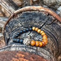 bracelet with onyx, oak wood beads and stainless steel lion head