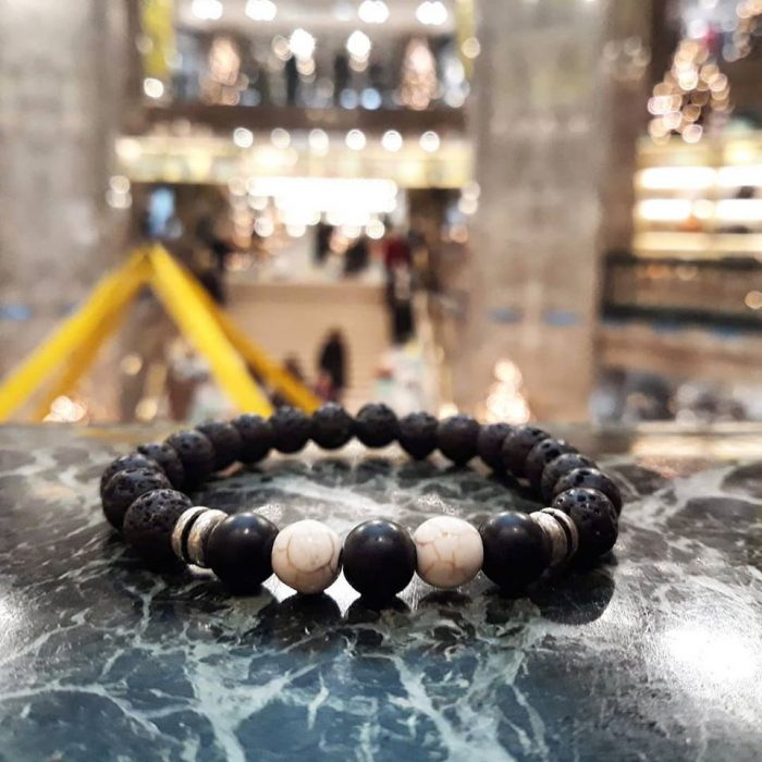 bracelet with white howlite, onyx beads and metallic elements